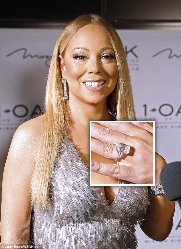http://www.dailymail.co.uk/tvshowbiz/article-3457188/Mariah-Carey-flashes-stunning-engagement-ring-takes-plunge-silver-mini-dress.html